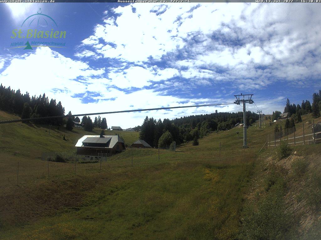 Menzenschwander Hütte mit Blick auf die Zeller Skihänge